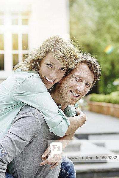 Deutschland  Hessen  Frankfurt  Glückliches Paar im Garten