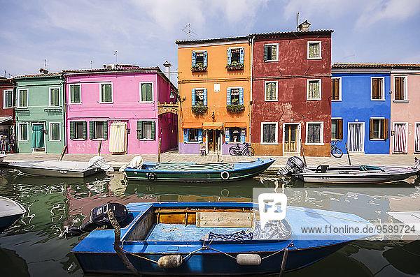 Italien  Veneto  Venedig  Burano  Bunte Häuser am Kanal