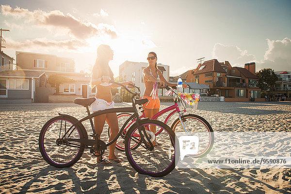 Zwei Radfahrerinnen im Gespräch am Strand  Mission Bay  San Diego  Kalifornien  USA