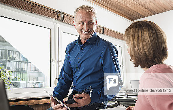 Lächelnder Geschäftsmann und Frau im Amt