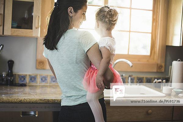 Mutter und Tochter spielen in der Küche Mutter und Tochter spielen in der Küche