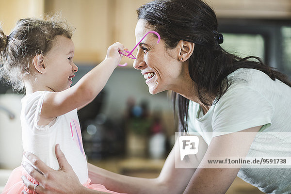 Mutter und Tochter spielen in der Küche