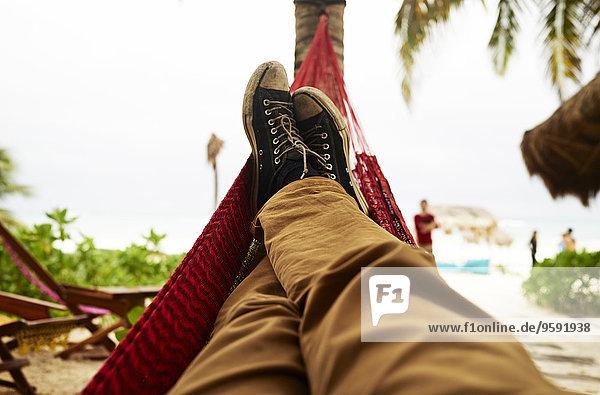 Reife Männer Selbstporträt der Beine in der Strandhängematte