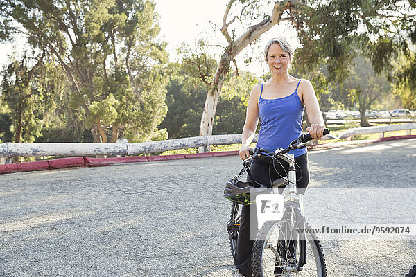 Porträt einer reifen Radfahrerin im Park