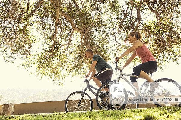 Reife Paare beim Radfahren im Park