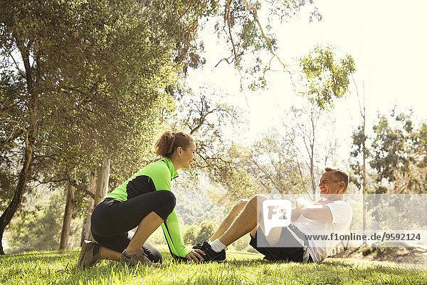 Älteres laufendes Paar  das im Park sitzt.