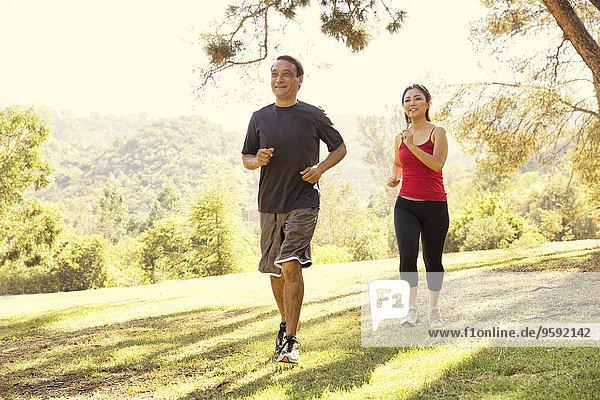 Reife Paare  die im Park laufen