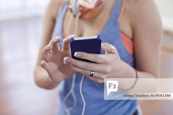 Schnappschuss eines Teenagermädchens mit Smartphone-Touchscreen in der Ballettschule
