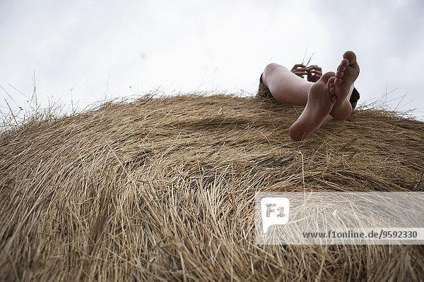 Füße eines Teenagers auf Heuhaufen liegend  South Dakota  USA