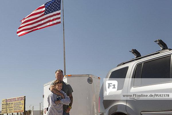 Vater umarmt Teenager-Sohn  Continental Divide  Lordsburg  New Mexico  USA
