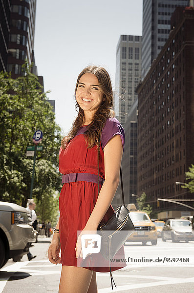Junge Frau im roten Kleid  Manhattan  New York  USA