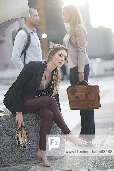 Geschäftsfrauen entspannen ohne Schuhe