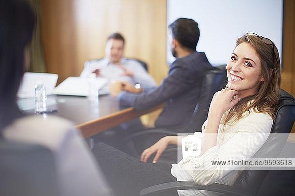 Zuverlässige Geschäftsfrau in einer Besprechung
