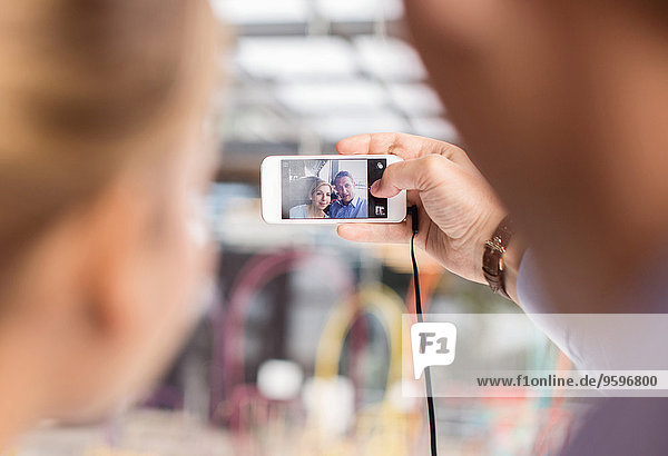 Geschäftsleute  die Selfie durch Smartphone im Cafe nehmen