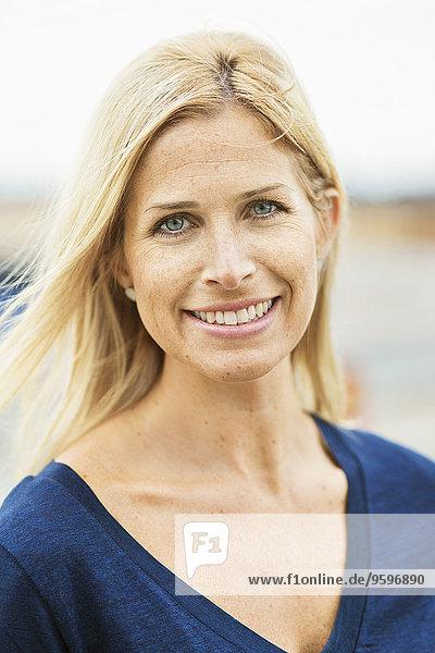 Porträt einer lächelnden mittleren erwachsenen Frau im Freien