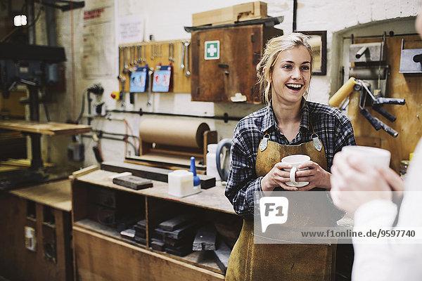 Zwei junge Handwerkerinnen beim Plaudern in der Pfeifenorgel-Werkstatt