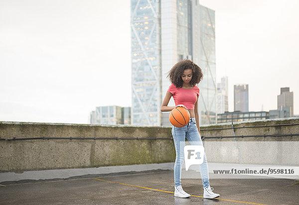 Junge Frau beim Basketball