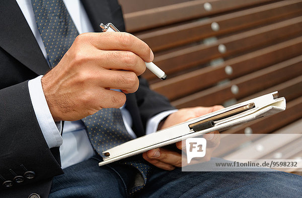 Mann mit digitalem Tablett und Stift  Konzentration auf die Hände