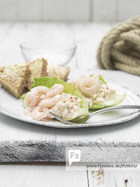 Orkney-Fleisch und Garnelen mit Brot- und Salatscheiben