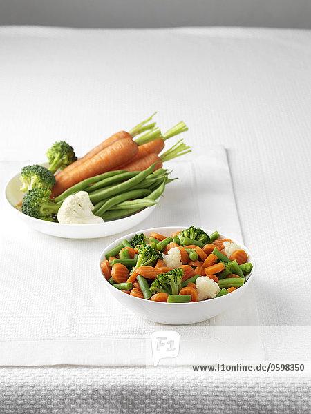 Rohes Gemüse in der Schüssel mit gekochtem Gemüse