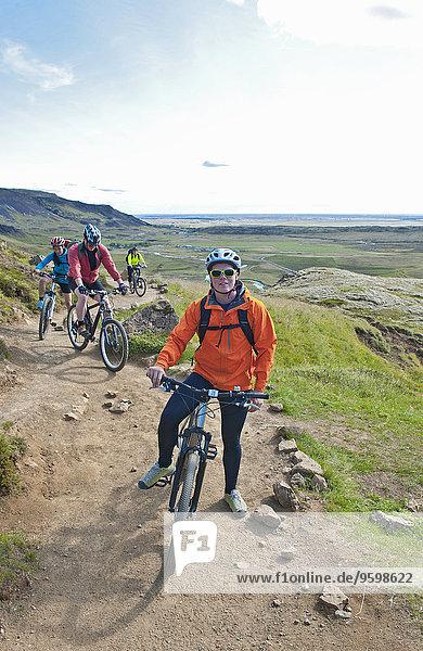 Vier Mountainbiker beim Radfahren im Reykjadalur-Tal  Südwestisland