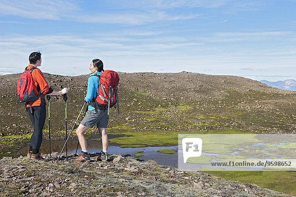 Wanderer mit Blick auf das Dyrfjoll-Gebirge  Ostisland  Island  Island