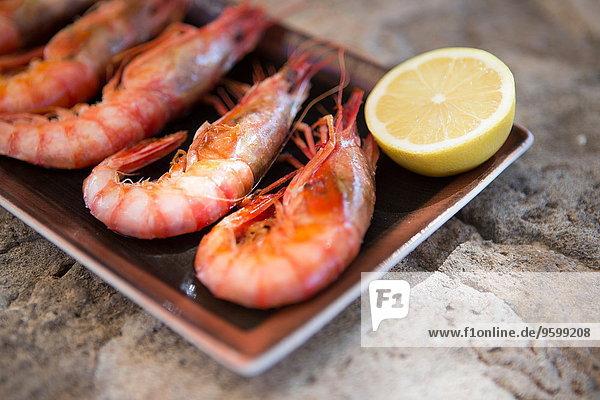 Restaurant mit frischen Garnelen und Zitrone  Mallorca  Spanien Restaurant mit frischen Garnelen und Zitrone, Mallorca, Spanien