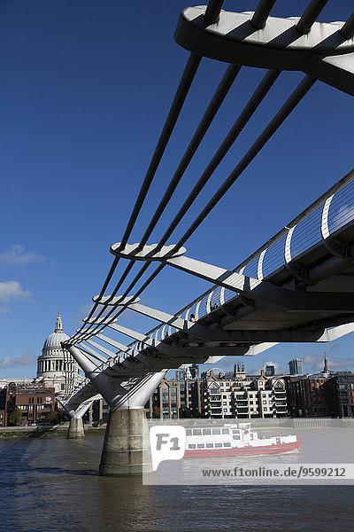 Millennium Bridge  Themse  St. Paul s Cathedral  London  England