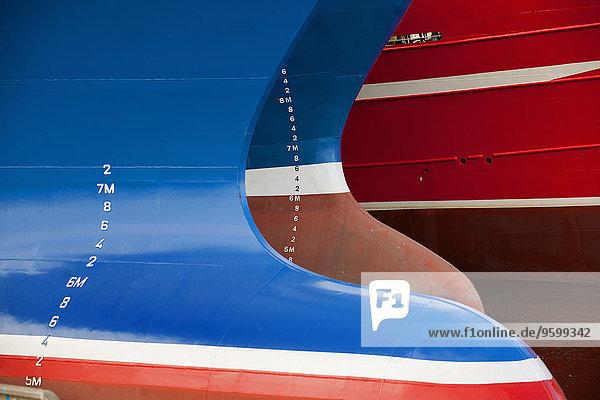 Nahaufnahme von drei bemalten Fischerbooten
