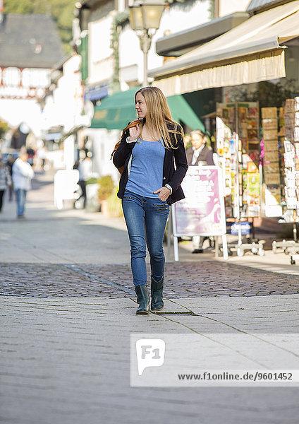 Einkaufsbummel  Frau läuft durch Fußgängerzone