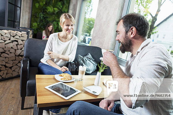 benutzen Mann flirten Cafe Tablet PC