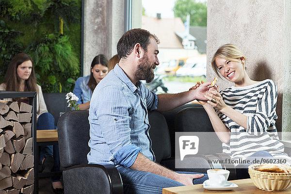 Cafe flirten Menschen im Hintergrund Hintergrundperson Hintergrundpersonen