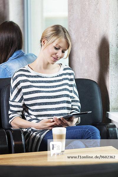 benutzen Frau Cafe Mittelpunkt Tablet PC Erwachsener