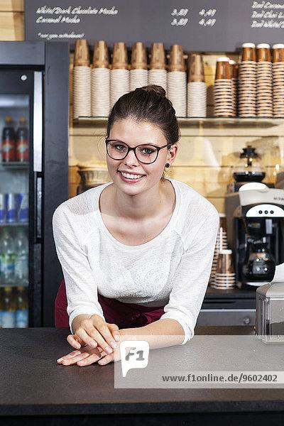 angelehnt Portrait Laden Kaffee Tresen Kellnerin