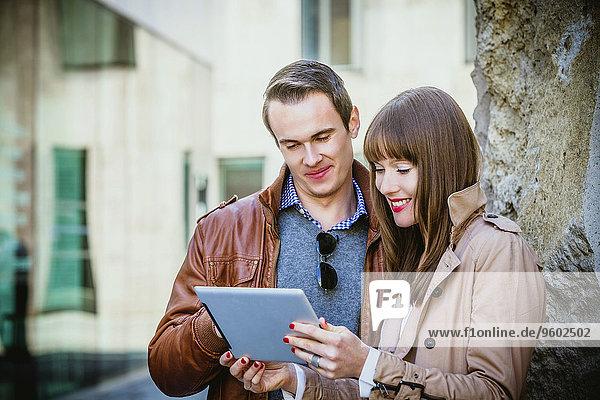 Außenaufnahme benutzen jung Tablet PC freie Natur