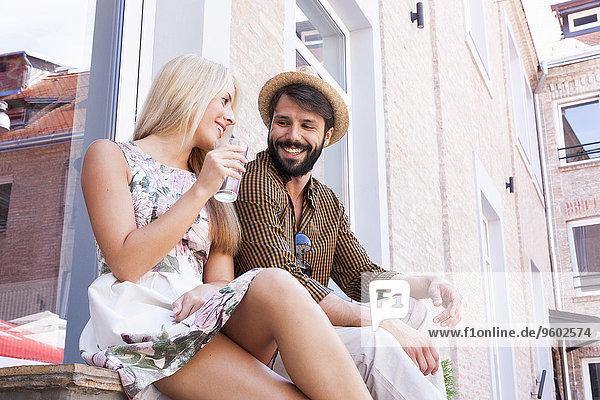 Fröhlichkeit Stadt Pause flirten jung Pause machen