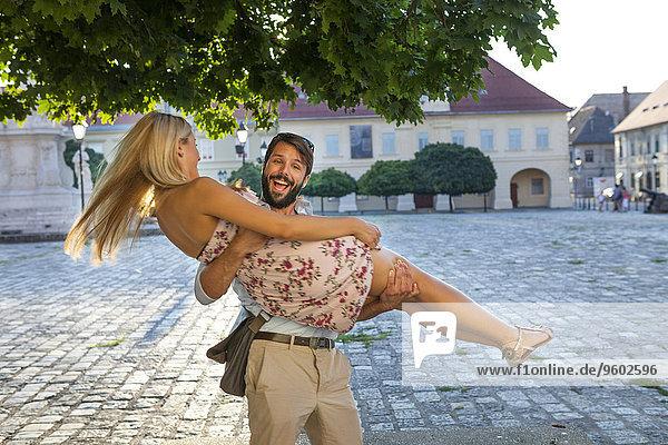 Mann Fröhlichkeit Freundin tragen Stadt Quadrat Quadrate quadratisch quadratisches quadratischer jung