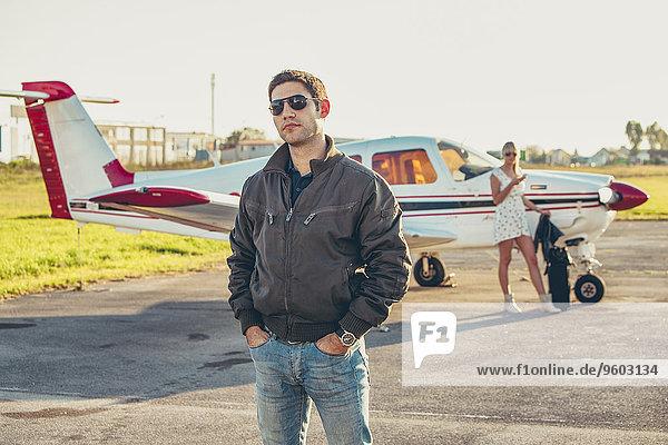 Flugzeug Frau Mann Hintergrund jung Flugplatz