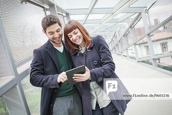 benutzen Gebäude Flughafen jung Tablet PC