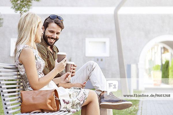 Außenaufnahme Fröhlichkeit Tasse jung Kaffee freie Natur