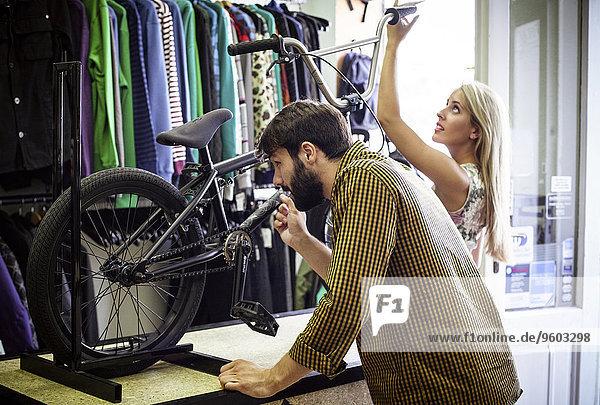 sehen Fahrrad Rad jung Laden