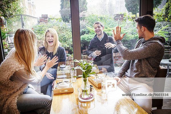 Interior zu Hause Zusammenhalt Fröhlichkeit Freundschaft Kaffee