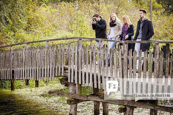 stehend Freundschaft Holzbrücke