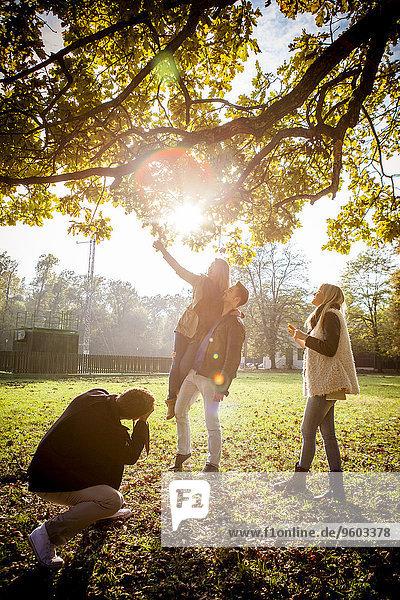Mann Freundschaft Fotografie nehmen Herbst