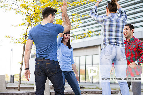 Außenaufnahme Freundschaft Spaß freie Natur
