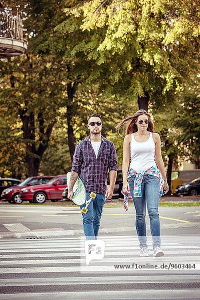 überqueren Straße Großstadt Skateboard jung