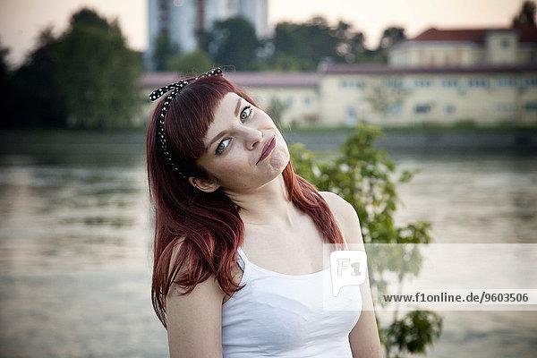 Außenaufnahme junge Frau junge Frauen Portrait Haar freie Natur