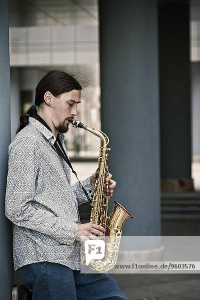Mann spielen Saxophon