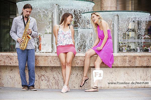 Frau Mann spielen Saxophon