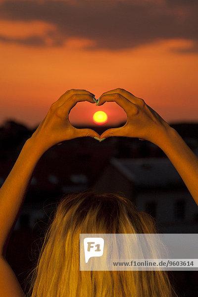 Form Formen junge Frau junge Frauen Sonnenuntergang Produktion herzförmig Herz
